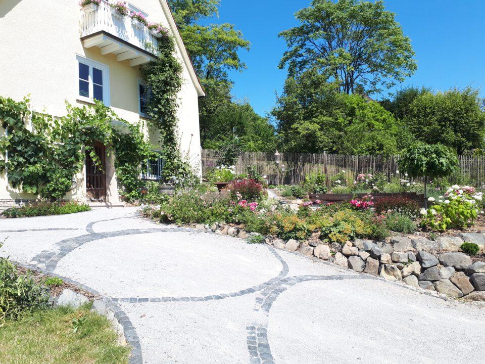 Ein romantischer Garten entsteht hier am Kasseler Brasselsberg seit 2019. Der gesamte Eingangsbereich wurde mit Auffahrt, Rosengarten und Senkgarten neu gestaltet.