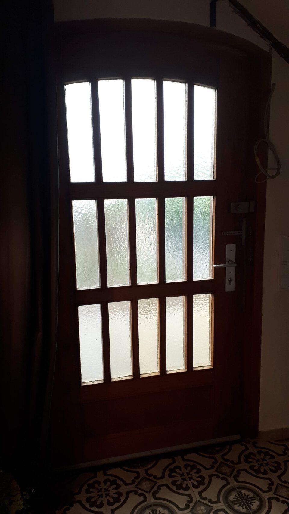 Die alten Glasscheiben in der Haustür waren aus gelblich geriffeltem Glas.