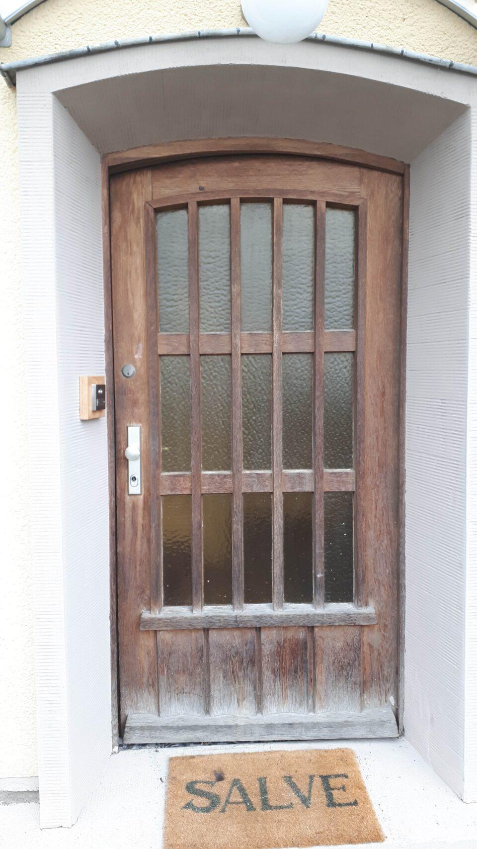 Die alte Haustür sanieren zu wollen war ein ehrgeiziges Projekt, das einen großen Zeiteinsatz erforderte.