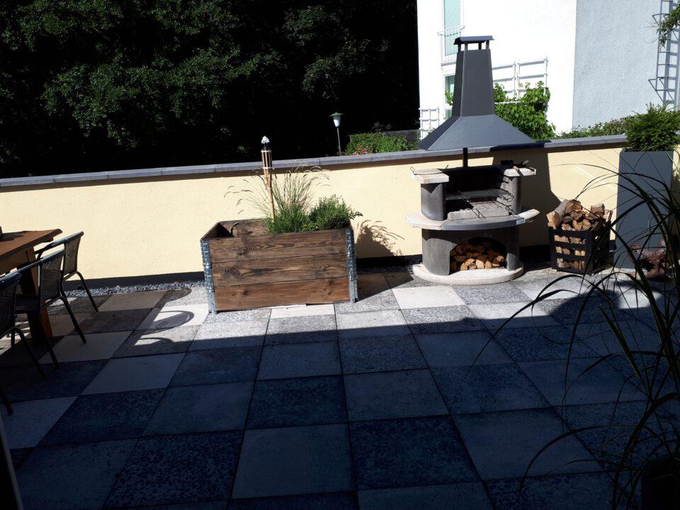 Das Hochbeet auf der Terrasse für die Pflanzung eines Baumes zur natürlichen Verschattung