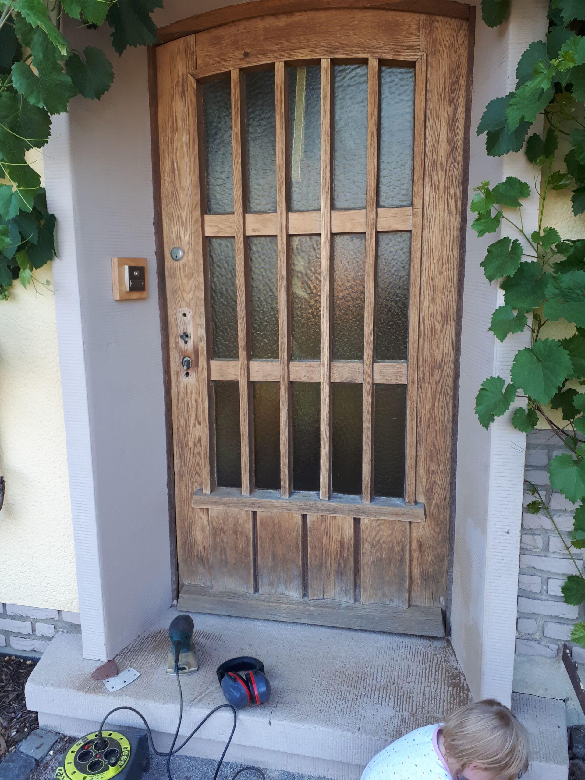 Die alte Haustür während der vielen Schleifvorgänge zur Sanierung