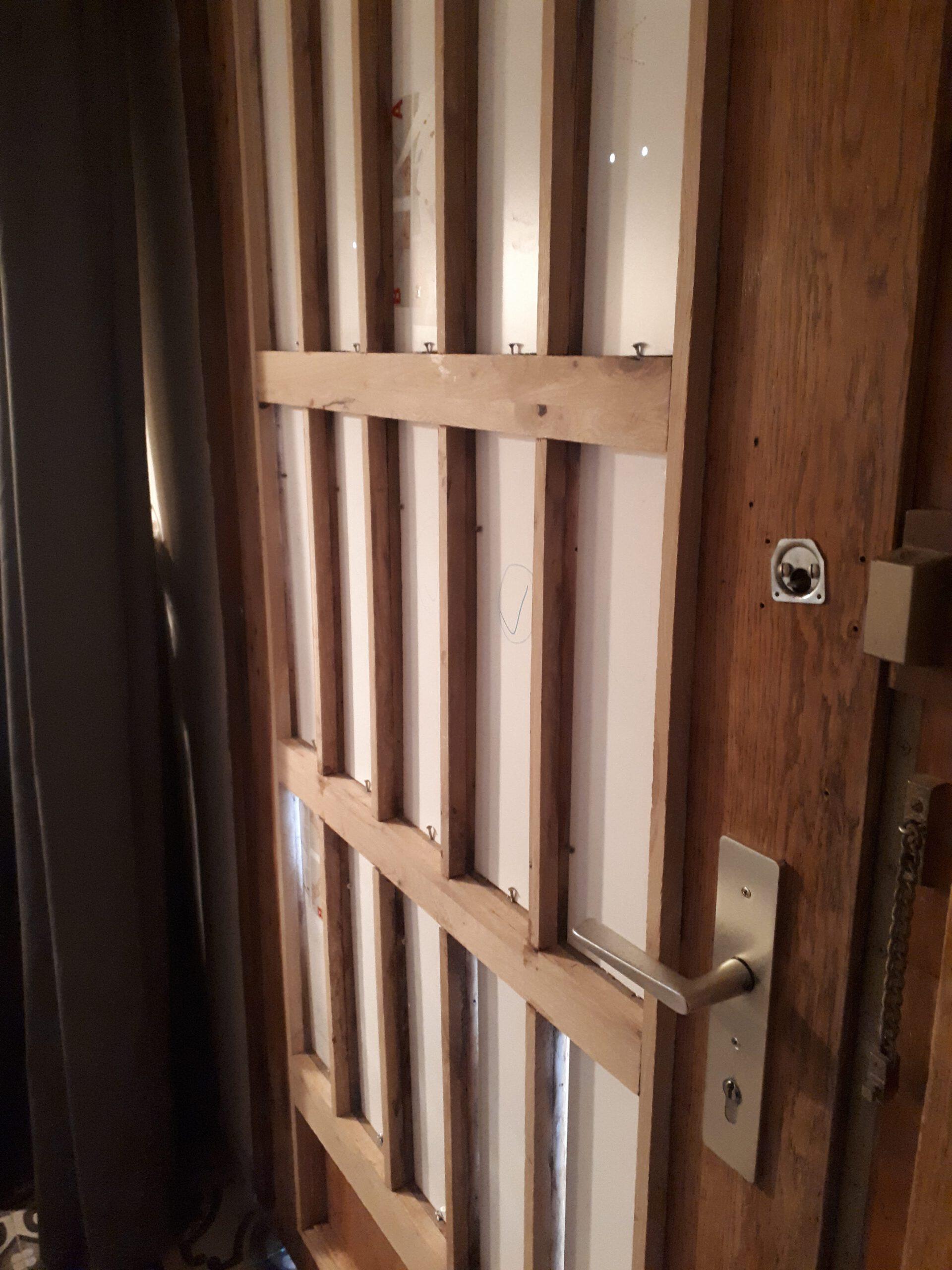 Die alte Haustür wurde mit Eicheleisten aufgedoppelt um eine Zweifachverglasung montieren zu können