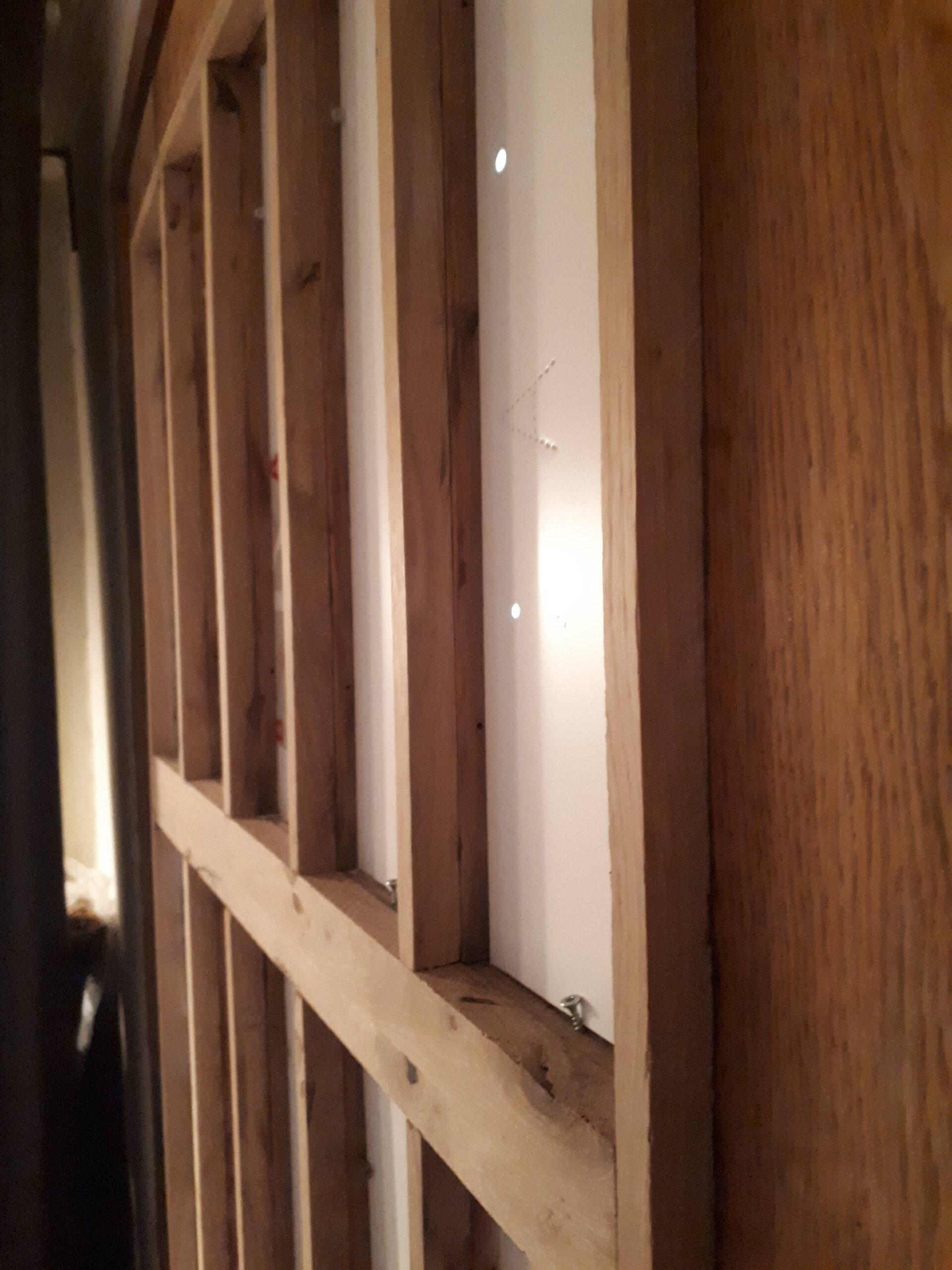 Die alte Haustür wurde aufgedoppelt um eine Zweifachverglasung zu ermöglichen