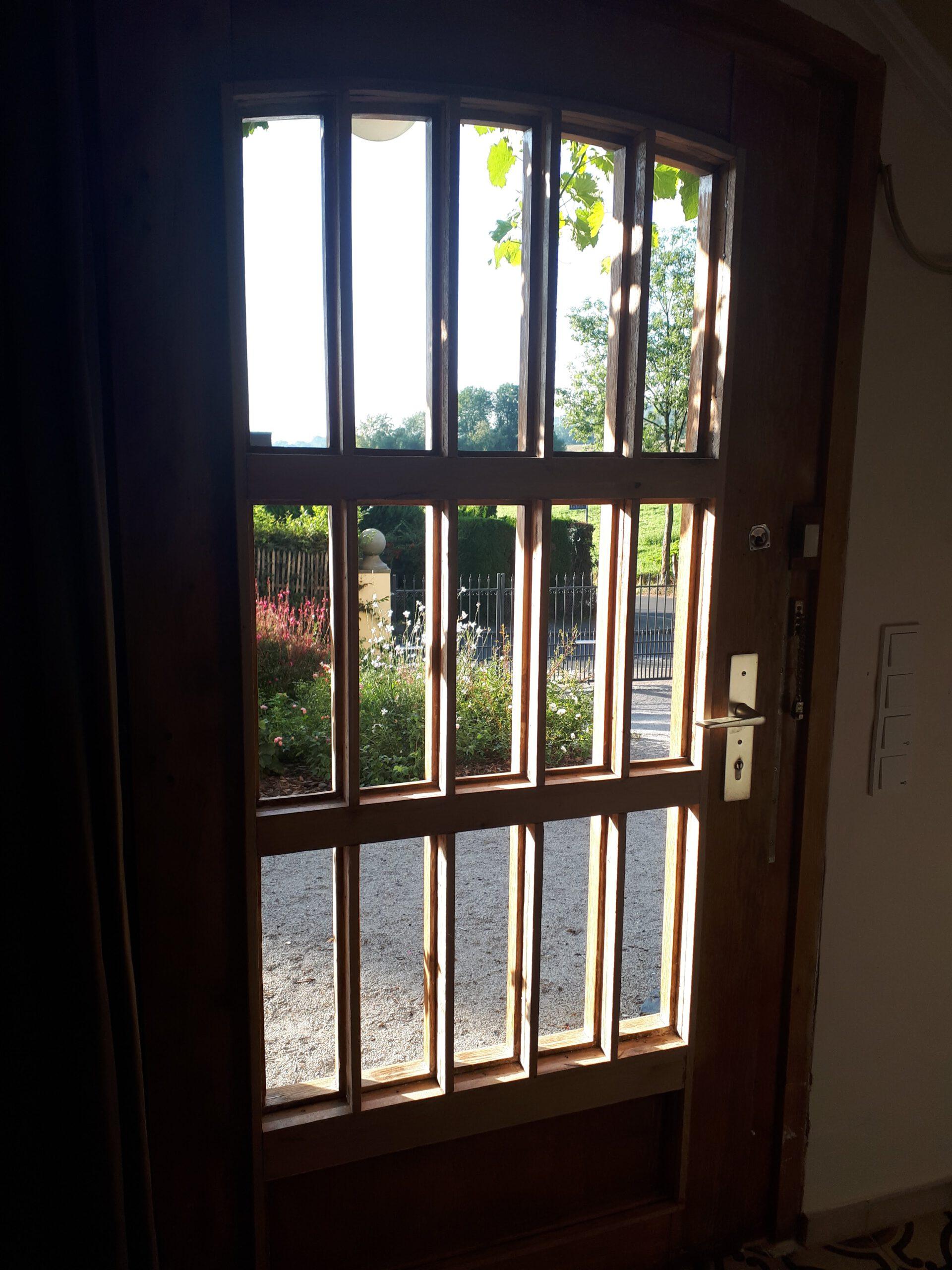 Die alten Glasscheiben der Haustür sind entfernt