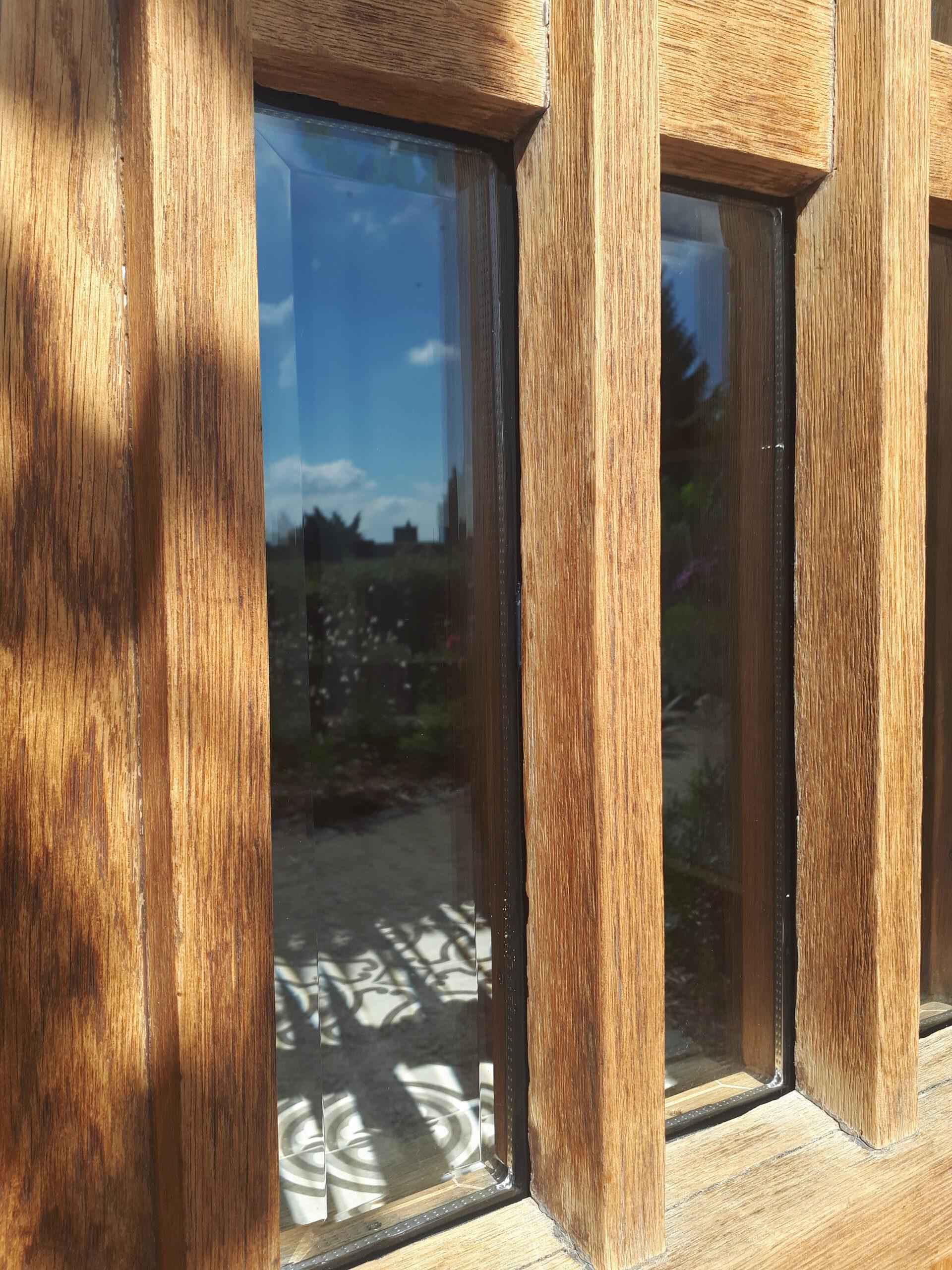 Die alte Haustür mit den neu eingesetzten Klarglasscheiben mit Facetteschliff