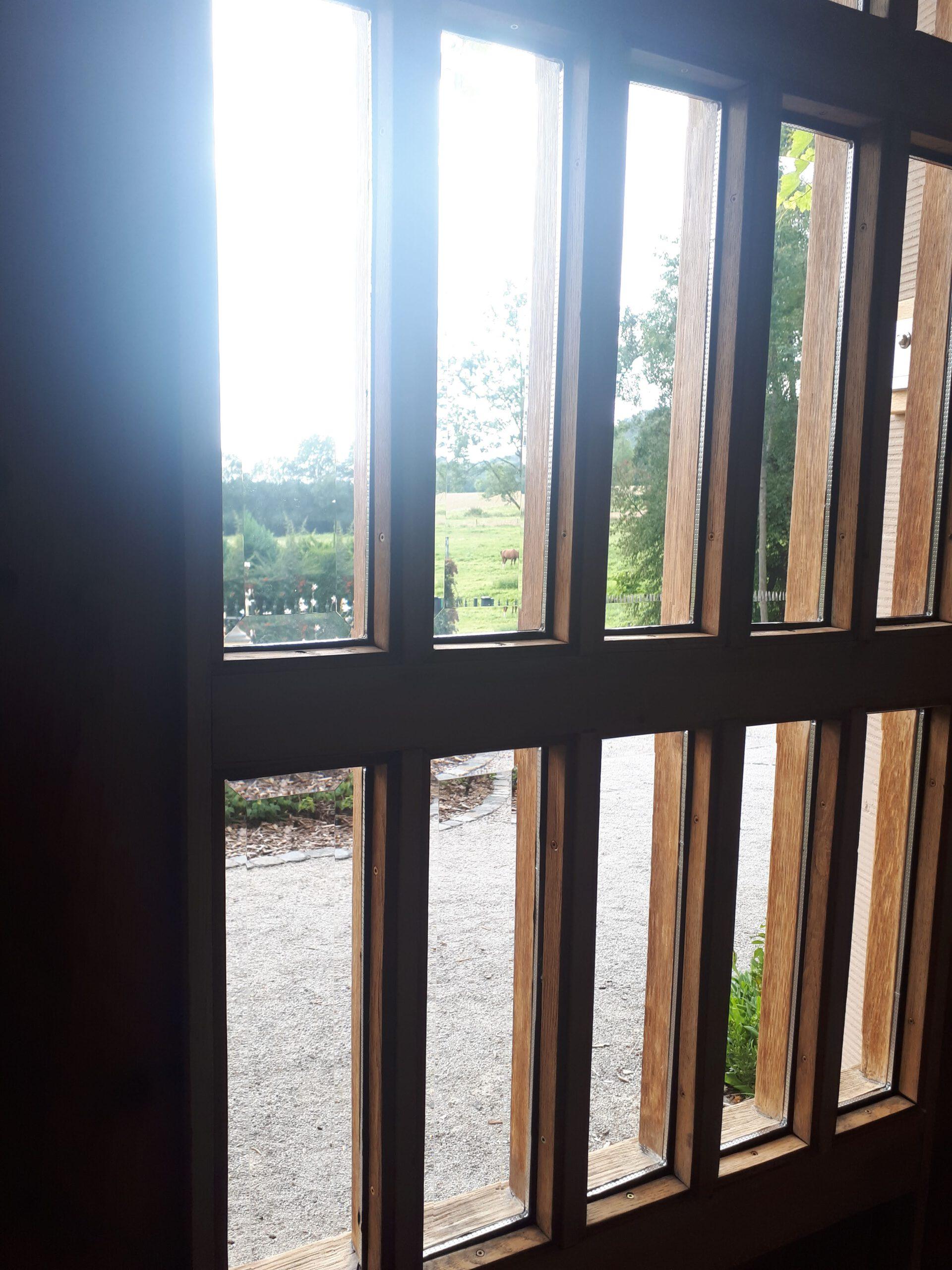 Die neuen Glasscheiben in der alten Haustür