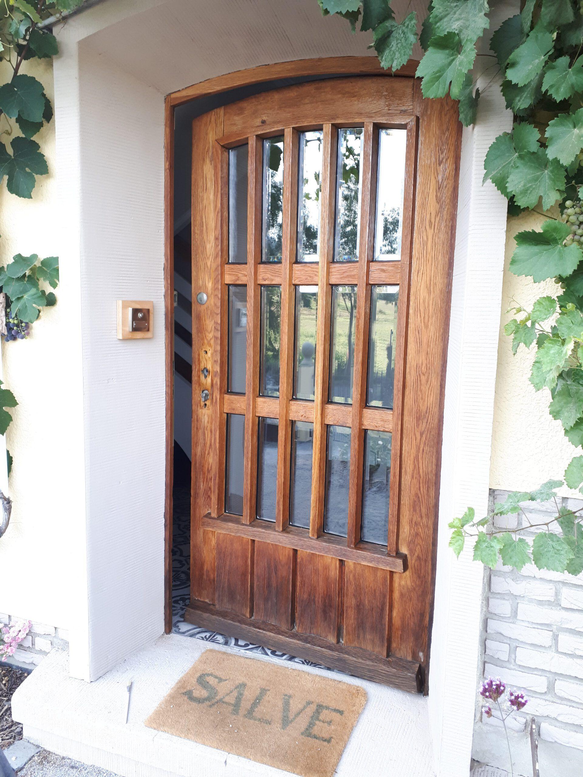 Die alte Haustür mit den neuen Klarglasscheiben mit Facetteschliff und ganz frisch geölt