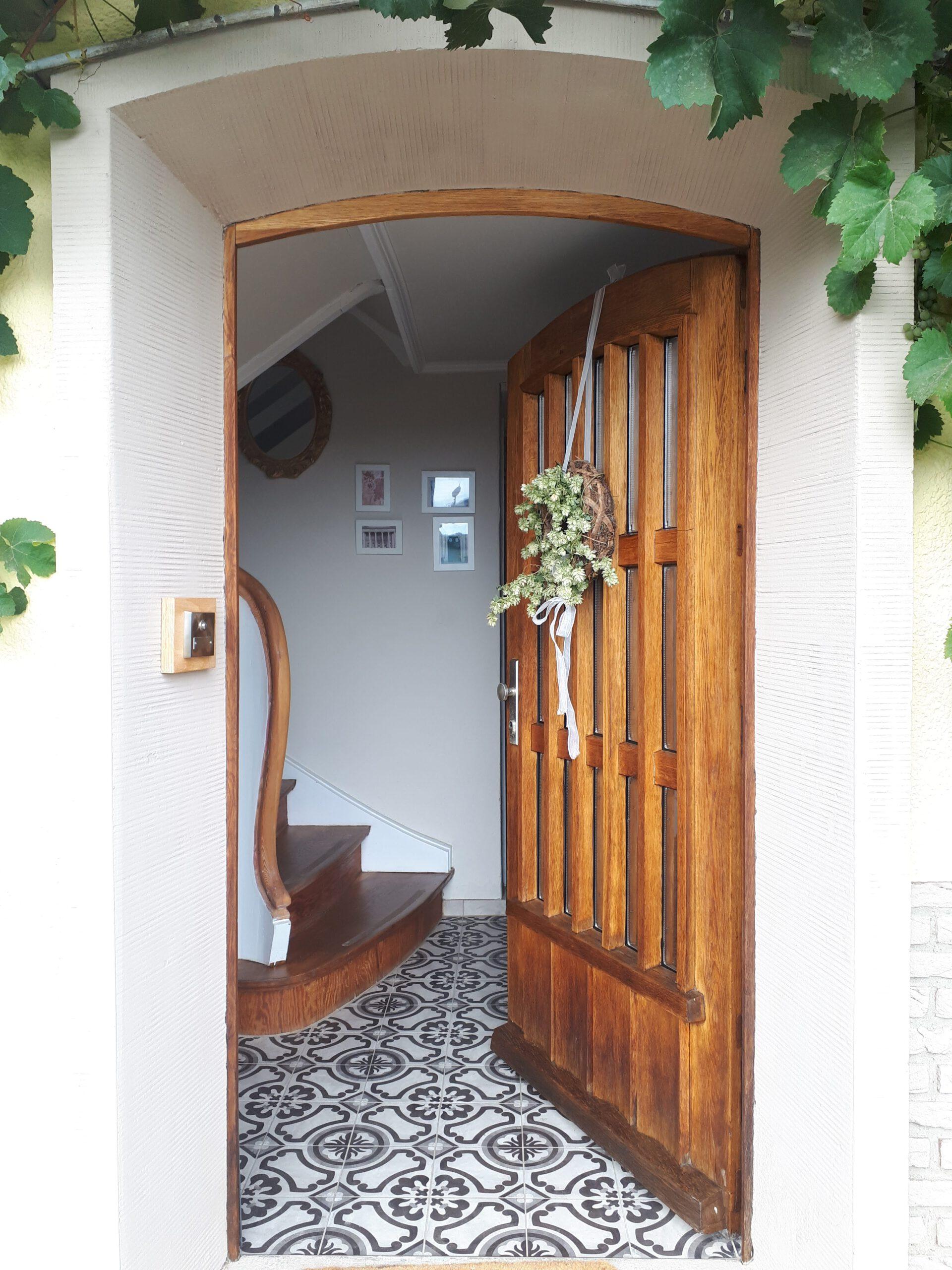 Die frisch sanierte Haustür und ein Blick in den Eingangsbereich