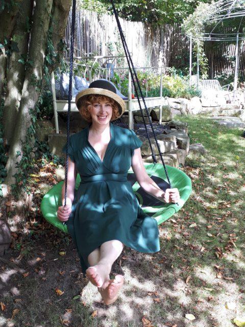 Die Gartenbloggerin Svea J. Held in ihrem Romantikgarten