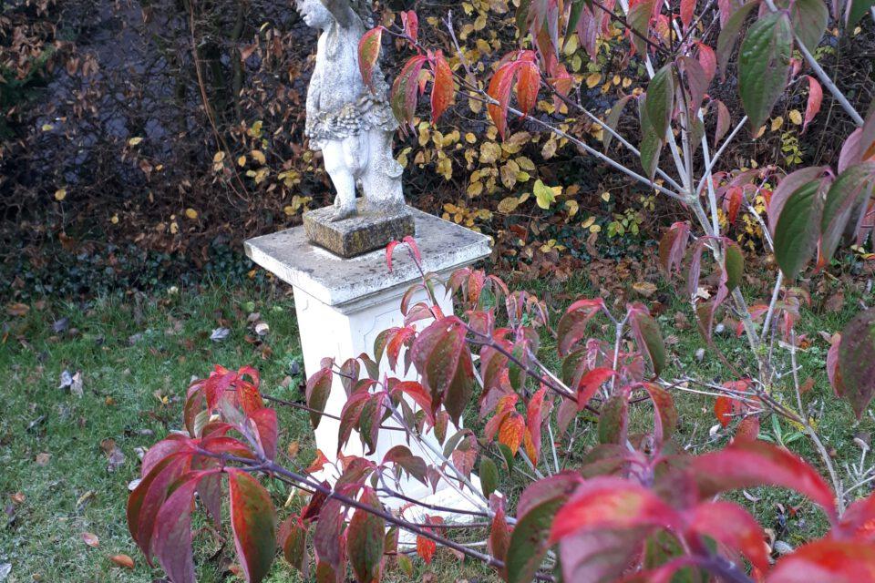 Romantische Gärten leben von verspielten Details wie Skulpturen.