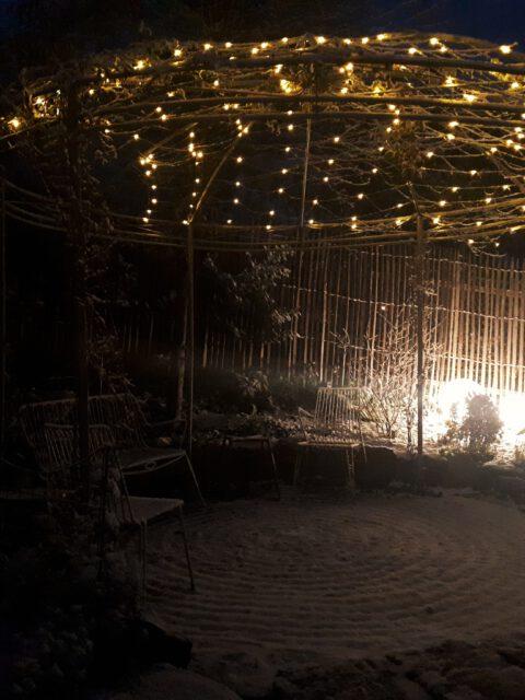 Romantische Gartenbeleuchtung im Winter
