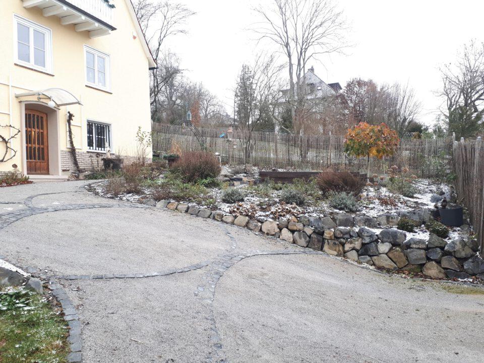 Die Auffahrt als gestalteter Teil des Romantikgartens.