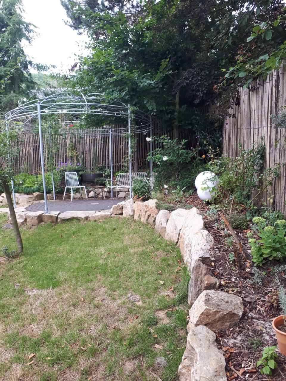 Der Standort für den Garten Whirlpool wurde geschützt und sonnig gewählt.