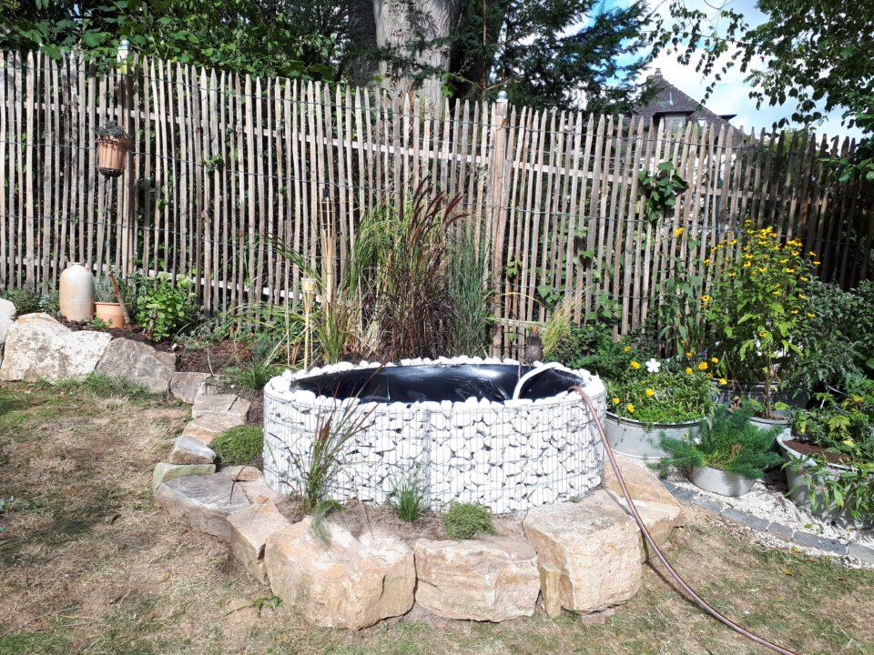 Der Gabionen Hochteich ist platziert und wird erstmalig mit Wasser gefüllt