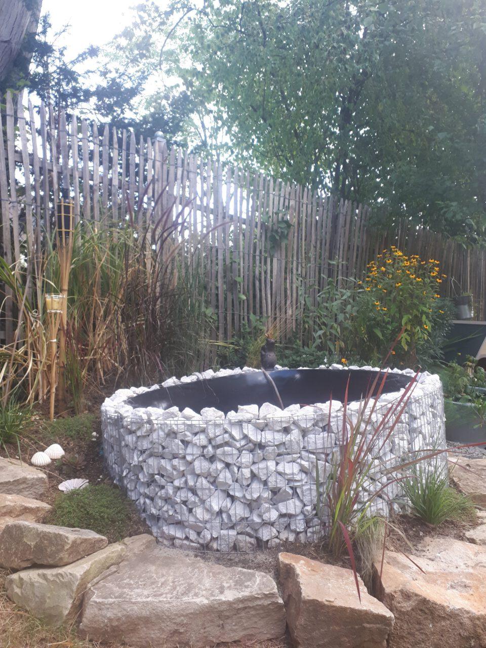 Der selbst gebaute Garten Whirlpool nach einem Tag Arbeit.