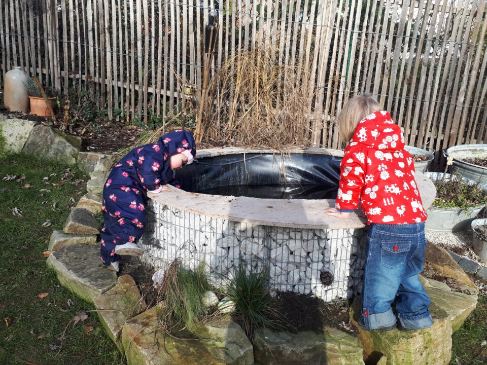Wasser im Garten ist mit kleinen Kindern immer eine Gefahrenquelle! Es musste also eine Abdeckung her
