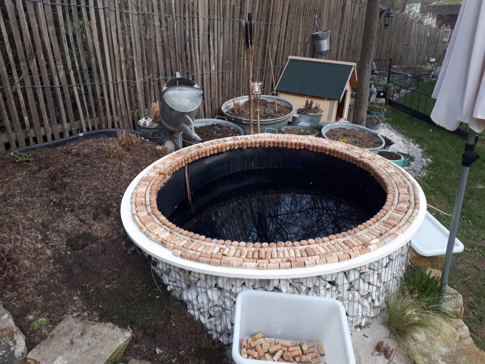 Eine ausgefallene Idee für die Gestaltung des Beckenrands am Garten Whirlpool