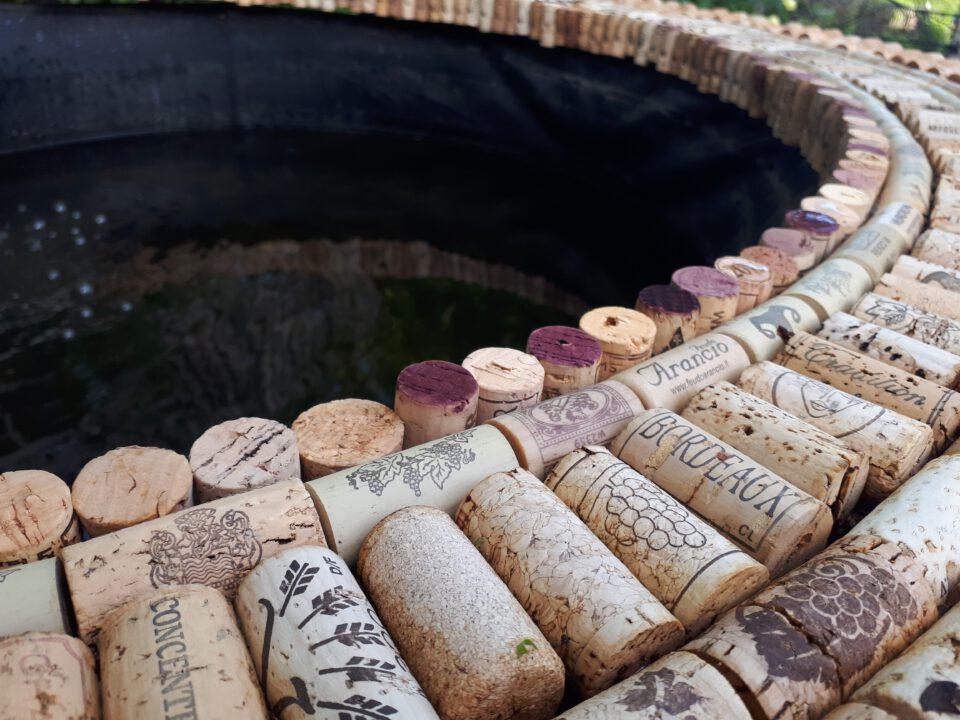 Gesammelte Weinkorken für einen natürlichen und angenehmen Beckenrand am Gartenpool