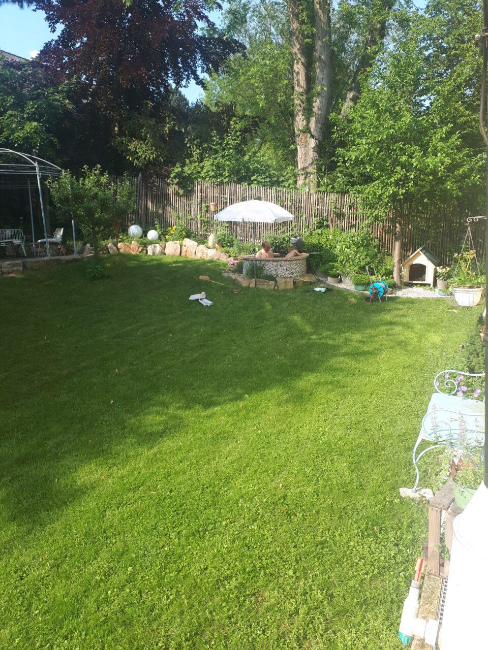 Der selbt gebaute Garten Whirlpool wird gerne von der ganzen Familie genutzt