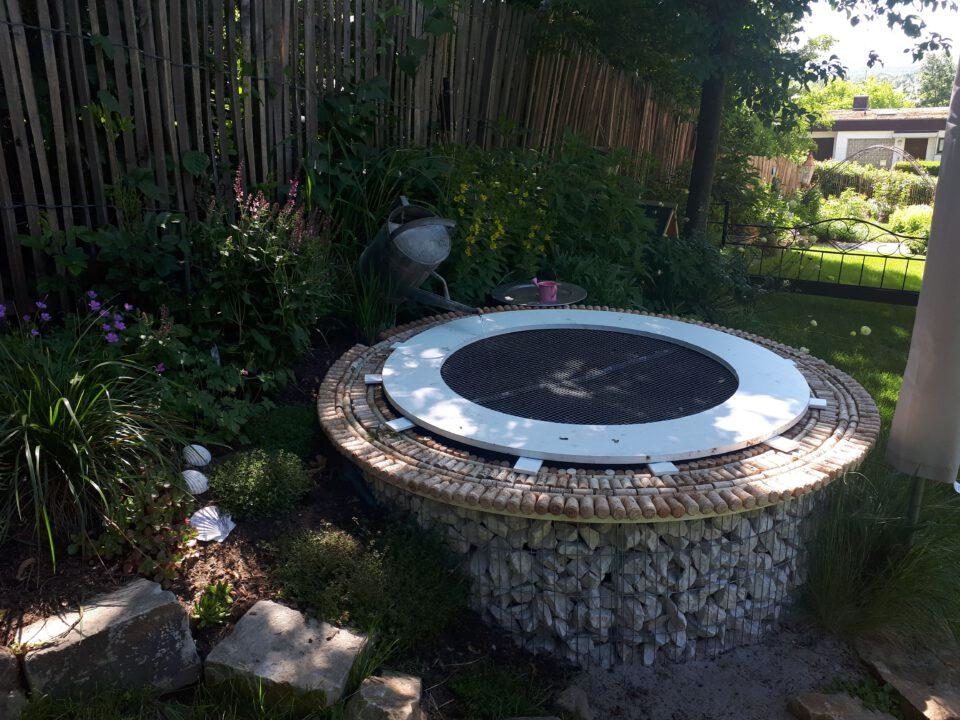 Der abgedeckte Garten-Whirlpool